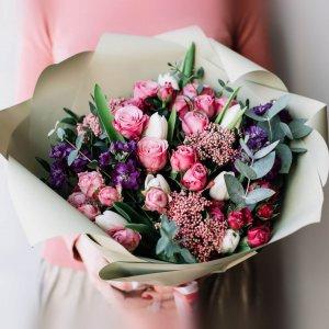 Букет на подарок из кустовых роз, фиолетовой маттиолы, белых тюльпанов, озотамнуса и эвкалипта
