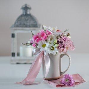 Букет в чашке станет прекрасным украшением интерьера или офиса