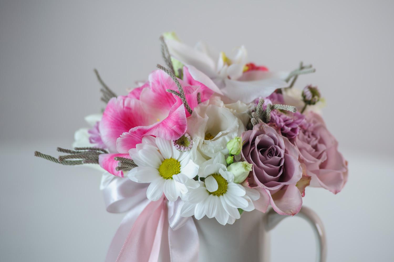 Живые цветы в чашке как в горшочке для цветов