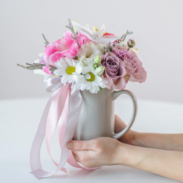 Нежный букет в обычной чашке - практичный подарок для сотрудниц офиса