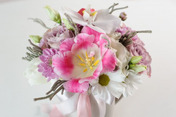 Розовый тюльпан в букете в чашке
