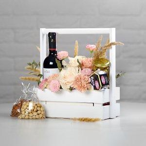 Винный подарок на 8 марта в ящичке - цветы, чай, лимон, конфеты в белом ящичке