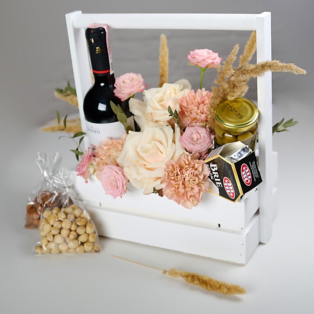 Ящичек с винным подарочным набором на 8 Марта