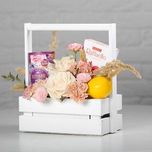 Чайный подарок на 8 марта в ящичке - цветы, чай, лимон, конфеты в белом ящичке