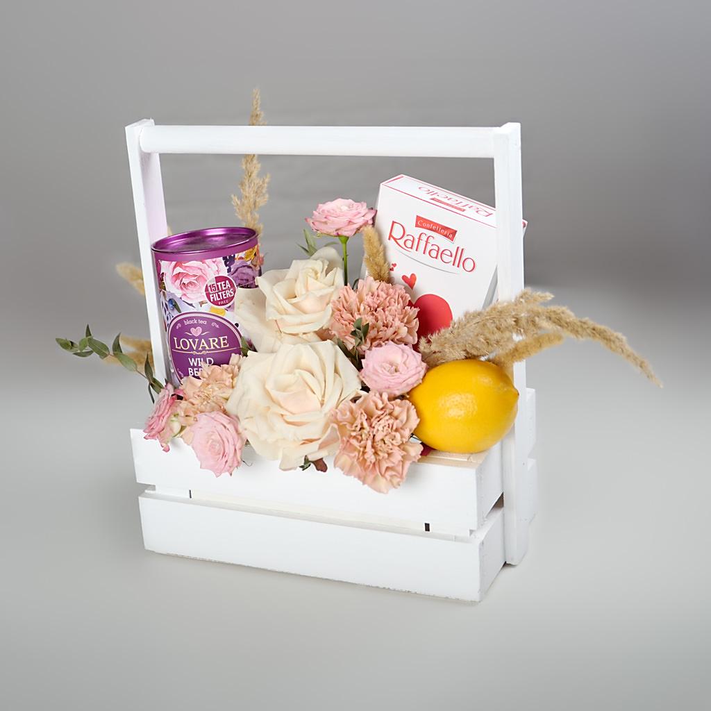 Чайный подарок на 8 марта в ящичке - цветы, чай, лимон, конфеты в белом ящичке который еще и удобно переносить