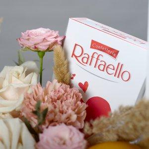 Упаковка Raffaello в цветочной композиции