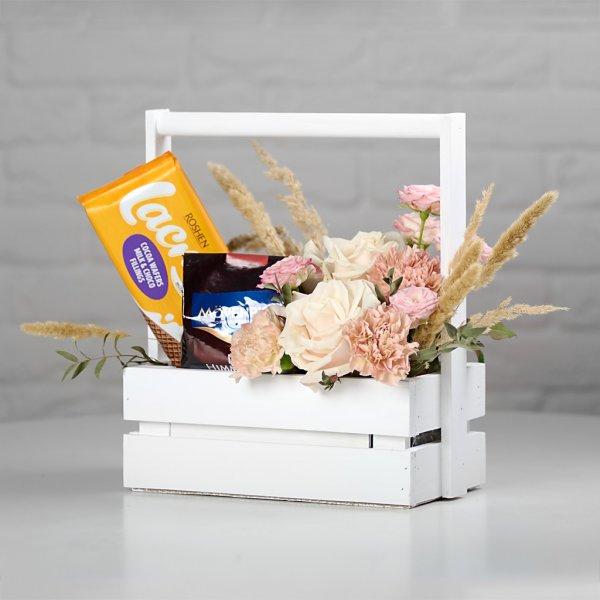 Кофейный подарок на 8 марта в ящичке - цветы, кофе и шоколад в белом ящичке