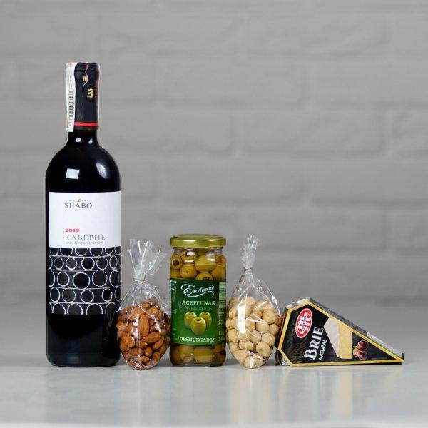 Красное вино, сыр, оливки и орешки - всё для того чтобы приятно провести праздничный вечер