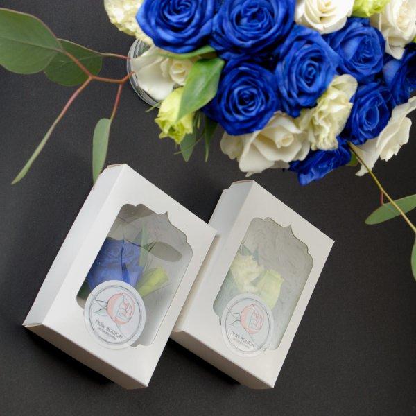 Сине-белый букет и две бутоньерки