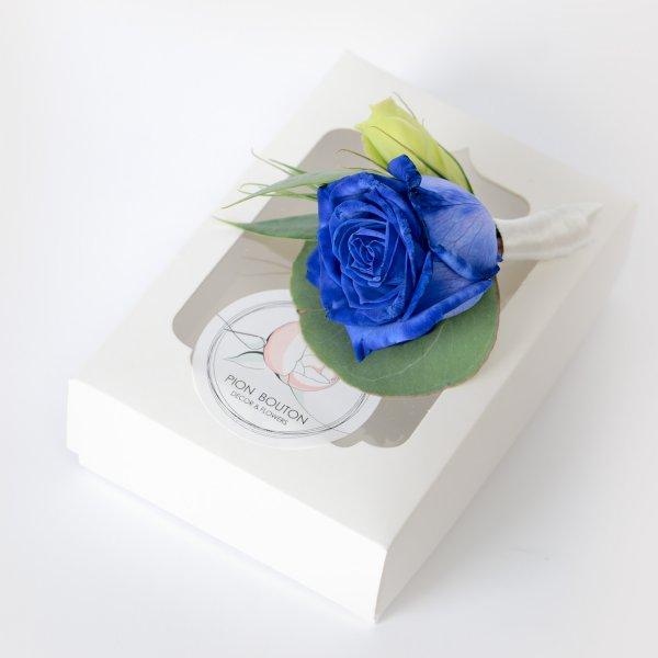 Бутоньерка из синей розы на подарочной коробочке