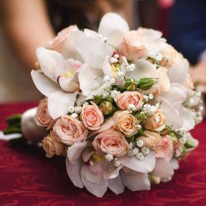 Букет невесты из розовых орхидей и белых фрезий