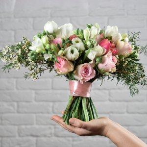Изящный букет невесты из роз, ранункулюсов и хамелациума