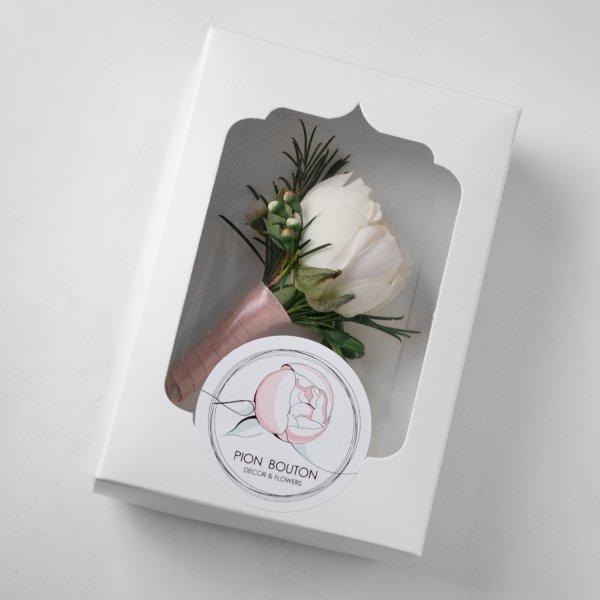 Бутоньерка из белой розы и хамелациума в упаковке Pion Bouton