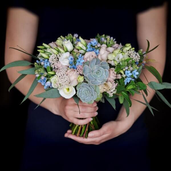 Букет невесты с мятой, эхеверией, розами и эустомой