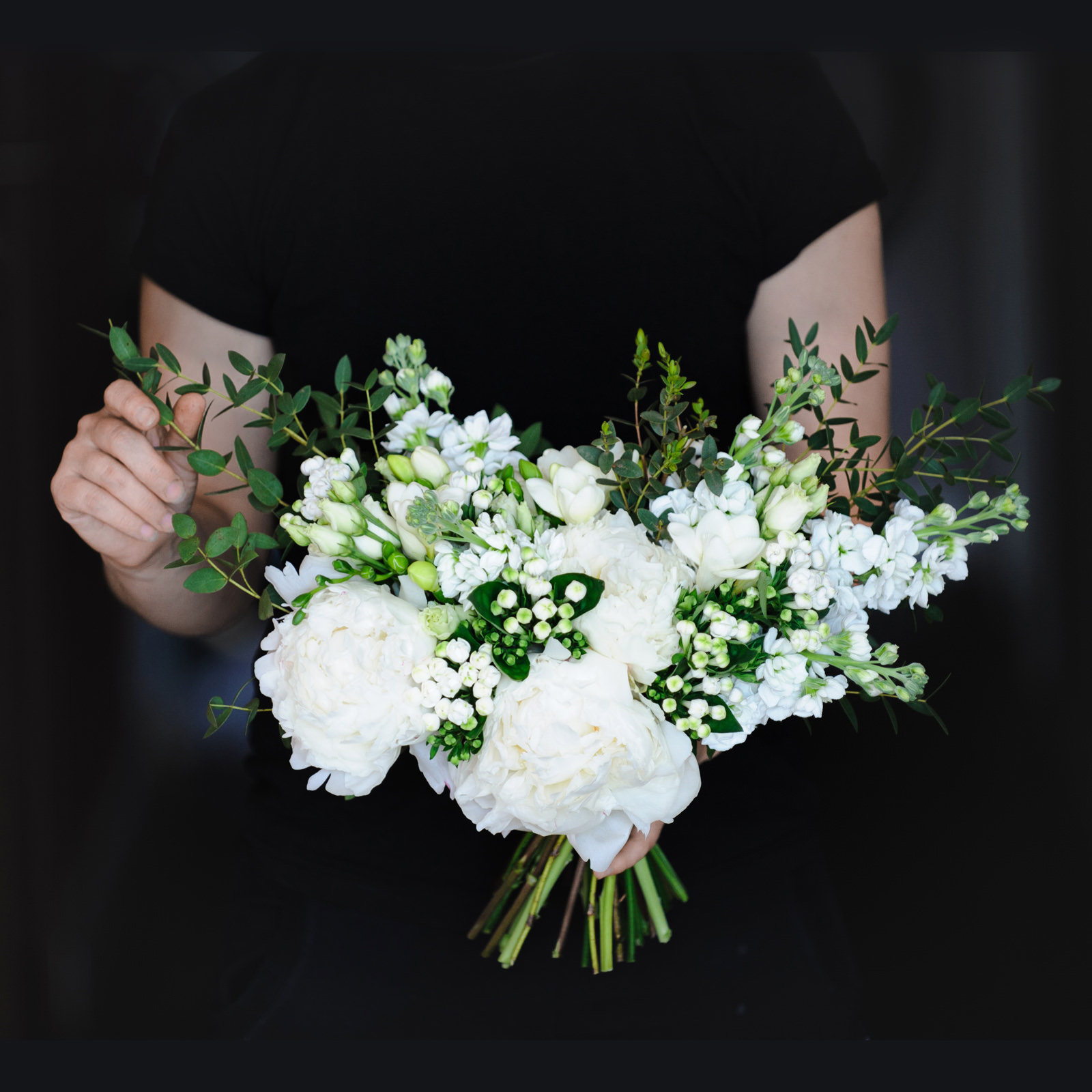 Букет невесты из пионов, бувардии, фрезии, маттиолы и эвкалипта
