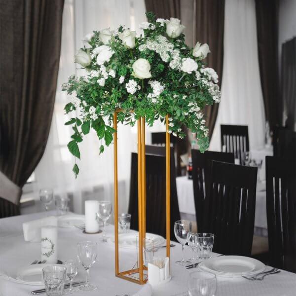 Композиция для стола гостей из роз, гвоздик, спиреи и зелени на золотистой стойке