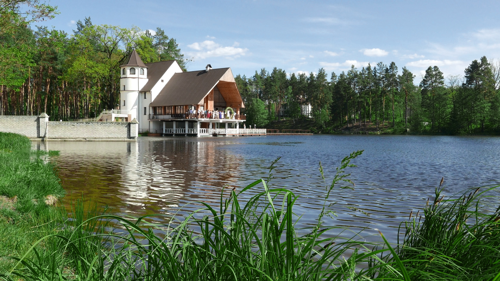 "Ресторан ""Пуща лесная"" на берегу озера"